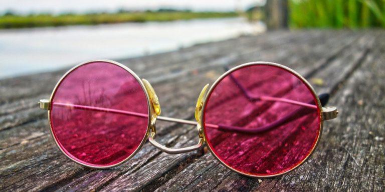 Rosarote Brille statt dunkle Gläser